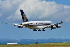 Aterrissagem enorme super de Singapore Airlines Airbus A380 no aeroporto internacional de Auckland Fotografia de Stock
