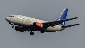 Aterrissagem escandinava de Boeing 737 dos serviços aéreos Fotos de Stock Royalty Free
