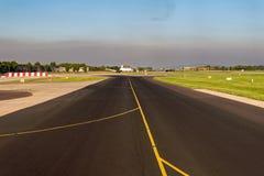 Aterrissagem na pista de decolagem do aeroporto - opinião da cabine Foto de Stock Royalty Free