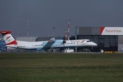 A aterrissagem plana de Austrian Airlines no aeroporto de Viena, VIE imagens de stock