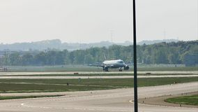 Aterrissagem plana do avião no aeroporto de Francoforte, FRA