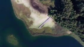 Aterrissagem vertical lenta sobre o lago com a ponte pequena perto da floresta vídeos de arquivo
