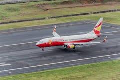 Aterrizaje afortunado del avión de la vía aérea en el aeropuerto de Phuket Foto de archivo