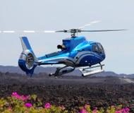 Aterrizaje azul del helicóptero Imagenes de archivo