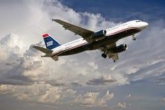 Aterrizaje comercial del avión de pasajeros Fotografía de archivo libre de regalías