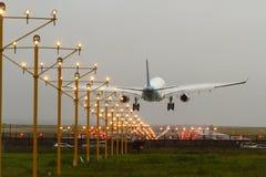 Aterrizaje comercial del avión de pasajeros del jet en el aeropuerto Foto de archivo
