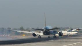 Aterrizaje comercial del avión de pasajeros en el aeropuerto de Barcelona metrajes