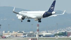 Aterrizaje comercial del avi?n de pasajeros en el aeropuerto internacional de Barcelona almacen de video