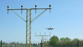 Aterrizaje comercial del avi?n de pasajeros en el aeropuerto internacional de Barcelona metrajes