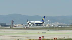 Aterrizaje comercial del avi?n de pasajeros en el aeropuerto internacional de Barcelona almacen de metraje de vídeo