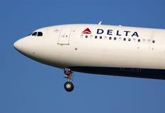 Aterrizaje de A330 Delta Airlines Fotos de archivo