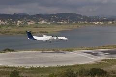 Aterrizaje de aeroplano imagenes de archivo