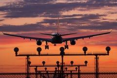 Aterrizaje de aeroplano Fotografía de archivo libre de regalías