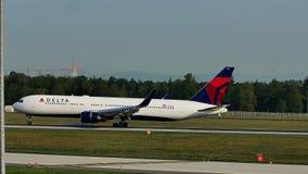 Aterrizaje de aeroplano de Air Moldova en el aeropuerto de Francfort FRA metrajes