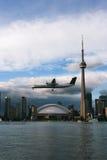 Aterrizaje de aeroplano al aeropuerto de la isla de Toronto foto de archivo libre de regalías