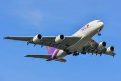 Aterrizaje de aeroplano civil en el aeropuerto de Suvarbhunami fotos de archivo libres de regalías