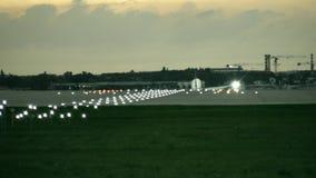 Aterrizaje de aeroplano comercial del motor gemelo en el aeropuerto por la tarde, vista posterior almacen de video