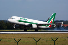 Aterrizaje de aeroplano de Alitalia Fotos de archivo