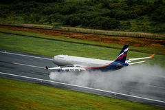 Aterrizaje de aeroplano de las vías aéreas de Aeroflot en el aeropuerto de phuket en día lluvioso Fotografía de archivo