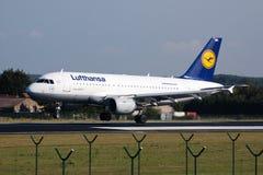 Aterrizaje de aeroplano de Lufthansa Imagenes de archivo