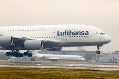 Aterrizaje de aeroplano de Lufthansa Airbus A380 Imagen de archivo libre de regalías