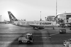 Aterrizaje de aeroplano de Tarom en Henri Coanda International Airport Imagen de archivo