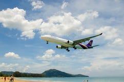 Aterrizaje de aeroplano de Thai Airways en el aeropuerto internacional de Phuket fotografía de archivo libre de regalías