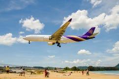 Aterrizaje de aeroplano de Thai Airways en el aeropuerto internacional de Phuket fotos de archivo