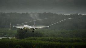 Aterrizaje de aeroplano de Thai Airways en phuket fotografía de archivo libre de regalías