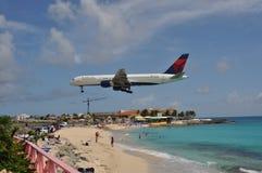 Aterrizaje de aeroplano del delta en el santo Maarten Foto de archivo libre de regalías