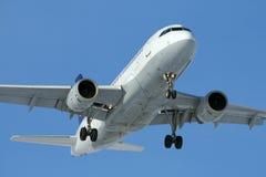 Aterrizaje de aeroplano del jet imágenes de archivo libres de regalías