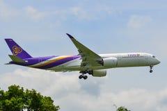 Aterrizaje de aeroplano del pasajero en el aeropuerto de Bangkok fotografía de archivo