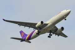 Aterrizaje de aeroplano del pasajero en el aeropuerto de Bangkok foto de archivo libre de regalías