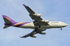 Aterrizaje de aeroplano del pasajero en el aeropuerto de Bangkok fotos de archivo libres de regalías