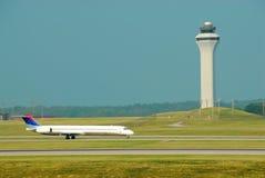 Aterrizaje de aeroplano delante de T Fotos de archivo libres de regalías