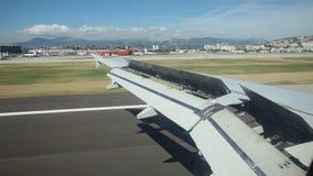 Aterrizaje de aeroplano en el aeropuerto metrajes