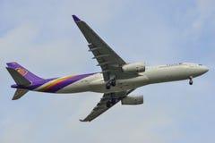 Aterrizaje de aeroplano en el aeropuerto de Bangkok foto de archivo