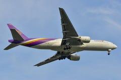 Aterrizaje de aeroplano en el aeropuerto de Bangkok fotografía de archivo