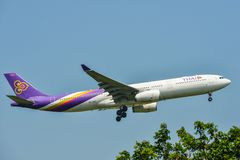 Aterrizaje de aeroplano en el aeropuerto BKK de Bangkok fotos de archivo
