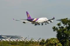 Aterrizaje de aeroplano en el aeropuerto BKK de Bangkok fotografía de archivo