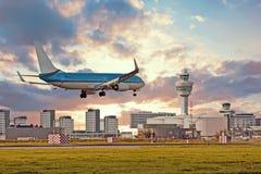Aterrizaje de aeroplano en el aeropuerto de Schiphol en Amsterdam Países Bajos imagen de archivo libre de regalías