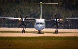 Aterrizaje de aeroplano en el aeropuerto de Riga Imagenes de archivo