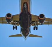 Aterrizaje de aeroplano en el aeropuerto de Riga Fotografía de archivo libre de regalías