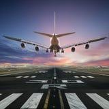 Aterrizaje de aeroplano en el aeropuerto imagen de archivo