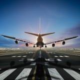 Aterrizaje de aeroplano en el aeropuerto fotografía de archivo libre de regalías