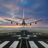 Aterrizaje de aeroplano en el aeropuerto foto de archivo libre de regalías