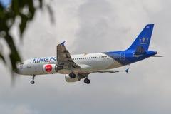 Aterrizaje de aeroplano en el PECADO del aeropuerto de Changi fotografía de archivo