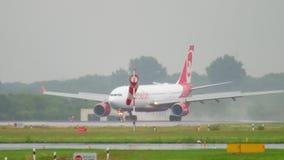 Aterrizaje de aeroplano en el tiempo lluvioso metrajes