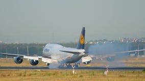 Aterrizaje de aeroplano en Francfort almacen de video