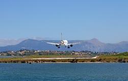 Aterrizaje de aeroplano en la ciudad de Corfú del aeropuerto imagenes de archivo